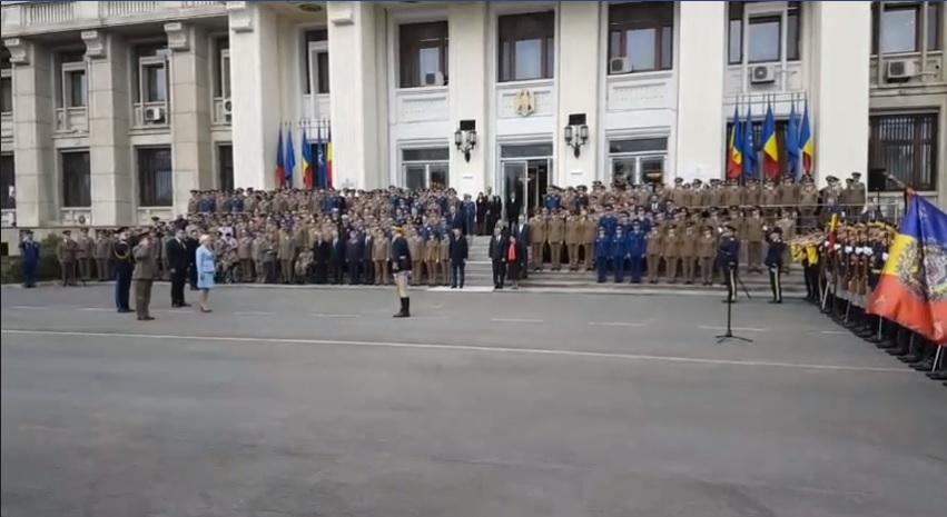 Ceremonia militară de înălțare pe catarg a drapelului național al României și a drapelului NATO.  15 ani a Zilei NATO în România